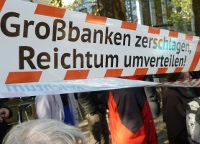 Demonstranten mit Spruchband