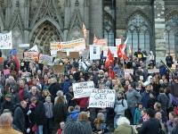 Demonstranten vor dem Dom