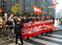 Demonstranten mit Spruchband